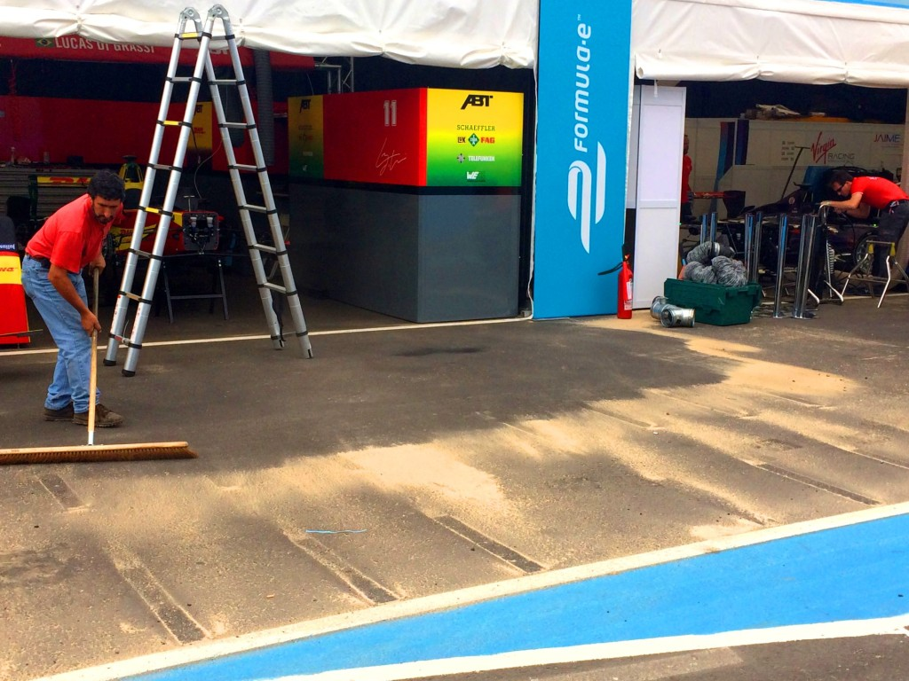Funcionário varre areia em Punta del Este